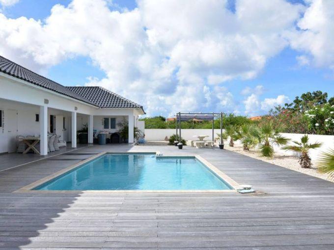 Просторный дом с бассейном в Бонайре