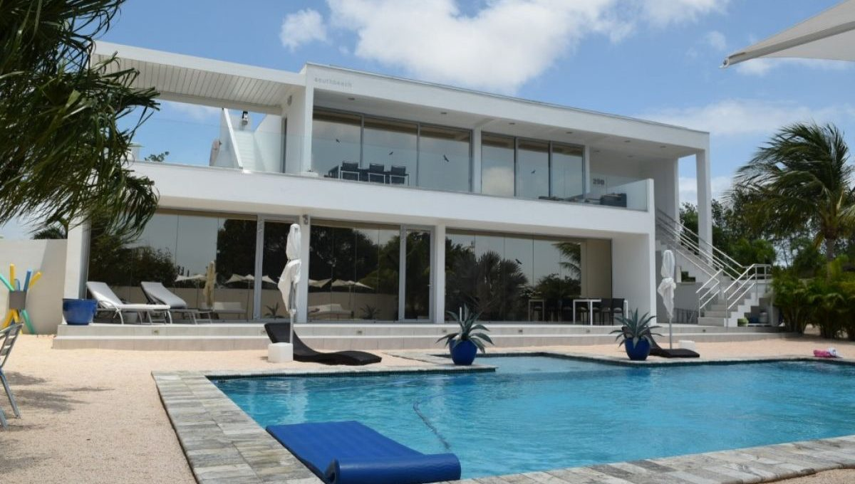 9885-south-beach-style-living-pool-house