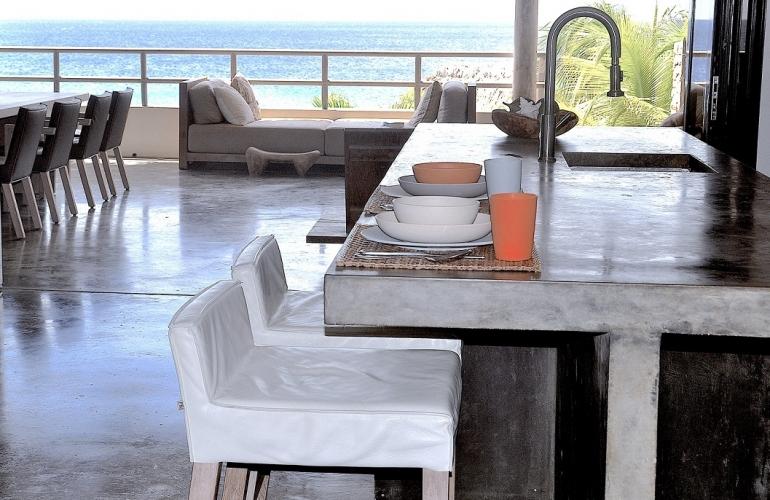 Большая вилла в природном стиле на берегу моря