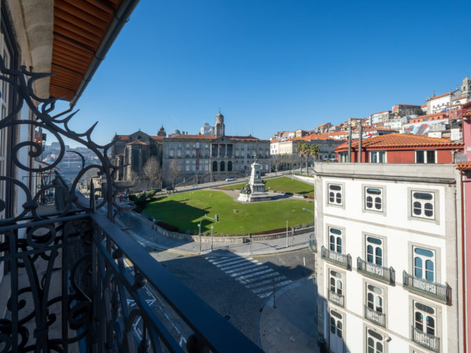 Апартаменты в историческом здании в центре Порту с видом на реку и на площадь - золотая виза Португалии