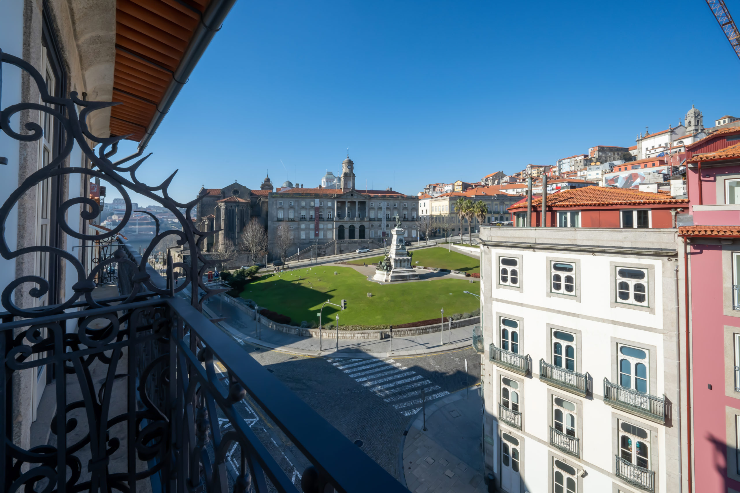 Апартаменты в историческом здании в центре Порту с видом на реку и на площадь – золотая виза Португалии